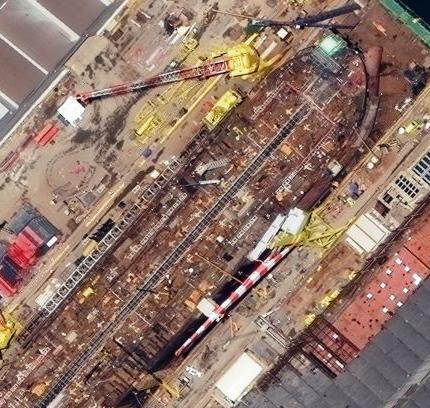 تصویر ۴۰ سانتیمتری WorldView-3 از یک کشتی در حال بارگیری در ریو دو ژانیرو برزیل، ساختار شبکه فلزی بازو های جرثقیل