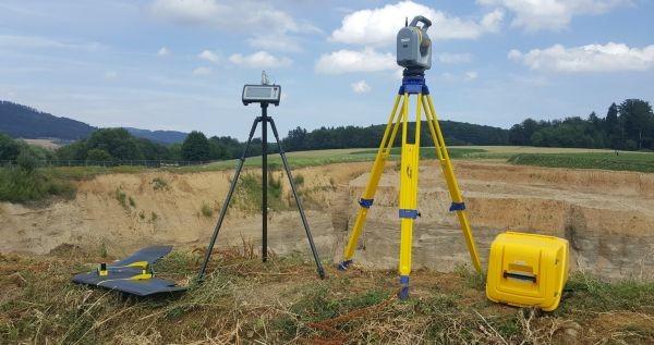 شکل۱.تجهیزات SenseFly eBee Plus RTK/PPK (سمت چپ) وتوتال استیشن اسکنر Trimble SX10 مورد استفاده در این پژوهش